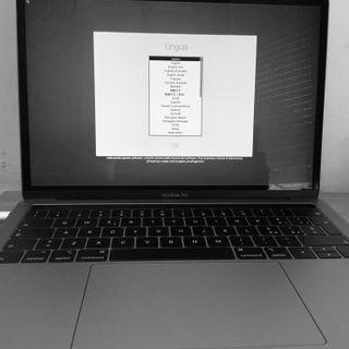 Un iPad guy, con il Mac nuovo