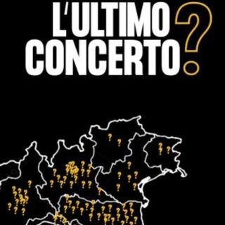 """""""L'ultimo concerto?"""": migliaia di persone davanti ad uno schermo nero"""