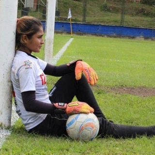 """Me desperté me vi la pierna derecha y la izquierda ya no la vi"": La historia de Johanis Menco, arquera colombiana"