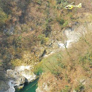 Scivola fra le rocce dell'Astico per soccorrere il figlio: grave papà  soccorso in elicottero