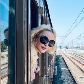 Parliamo di Madonna e dei video, che ha pubblicato sui social, con i saluti dalle sue vacanze in Puglia. Con lei, torniamo poi al 1998....