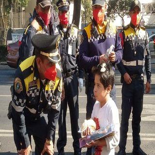 Policías de tránsito regalan juguetes y roscas a ciudadanos