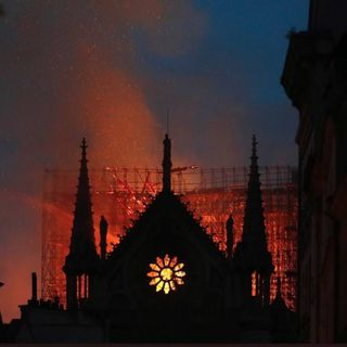 Notre Dame brucia. Le emozioni e la paura della notte di Parigi