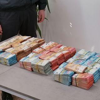 """Trasporta in auto 368 mila euro in contanti. Erano nascosti in un doppiofondo """"segreto"""""""