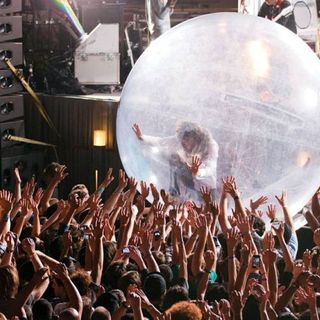 Guardare un concerto da una bolla di plastica? Questa è l'idea dei Flaming Lips