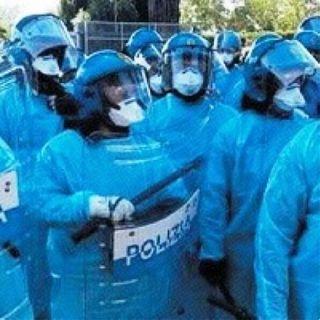 Poliziotti mascherati da puffi per non essere contagiati dagli immigrati