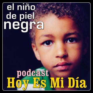El niño de piel negra