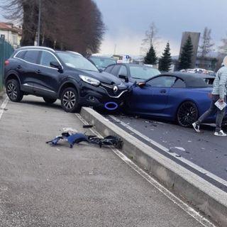 Perde il controllo dell'auto e si schianta su altri tre mezzi: ferita una donna
