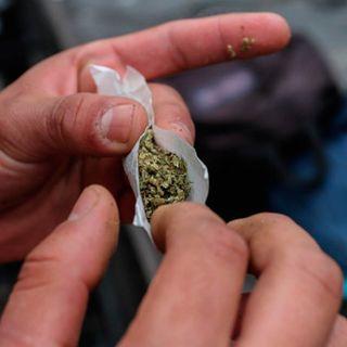 ¿Qué atención debo dar a mi hijo que descubrí fumando marihuana?