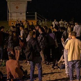 Españoles se divierten este 9 de mayo en calles y playas, para celebrar el fin del toque de queda
