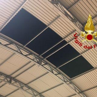 Lamiere si staccano dal tetto della palestra. Ingenti i danni da vento e pioggia