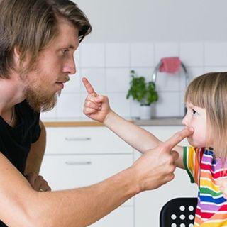 Qué hacer cuando niños pequeños le pegan a sus papás