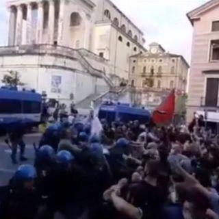 """Eccidio, carica della polizia sui manifestanti antifascisti dopo il tentativo di """"sfondamento"""""""