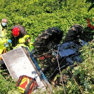 Il trattore si ribalta più volte in un campo in collina: 57enne ricoverato in rianimazione