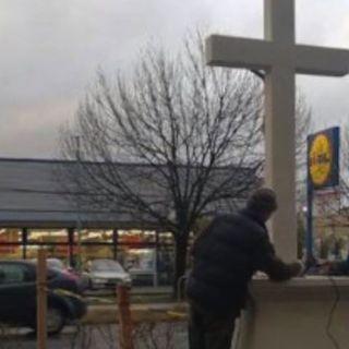 03 - Cancella il crocifisso dai prodotti, Lidl punita dai clienti