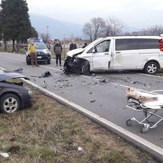 Violento frontale fra un'auto e un furgone alle Garziere: due feriti