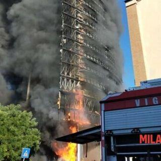 Milano, forse un cortocircuito ha generato l'incendio alla Torre dei Moro
