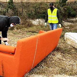 Divano e altri mobili gettati nel Guà. Il rimbalzo di responsabilità costa 500 euro