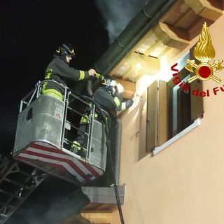 """Focolaio """"nascosto"""" nell'intercapedine della parete. Intervento serale dei pompieri"""