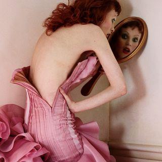 Noticias de Moda y Belleza con: Versace y China, Think Pink de 'Vogue', Pura Moda 2019 y más..