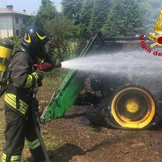 Agricoltore scende dal trattore che va a fuoco. Paura tra i campi di Lampertico