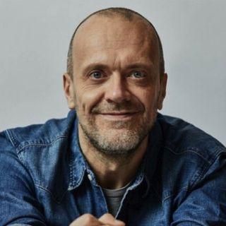 """Parliamo di MAX PEZZALI che, il 30 ottobre, ha pubblicato un nuovo album di inediti. Ricordiamo poi la hit """"La dura legge del gol""""."""