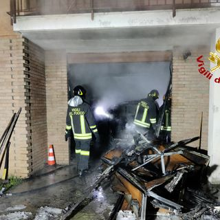 Garage in fiamme: aggrediti dalle fiamme un'auto, uno scooter e vari materiali