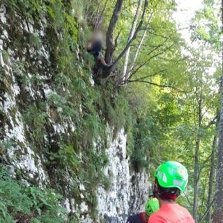 Scivola fermandosi su un salto di roccia: escursionista salvato dal soccorso alpino