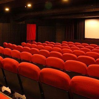 """Da oggi teatri e cinema al 100% della capienza. Speranza: """"Raggiunto l'80% della popolazione vaccinata"""""""