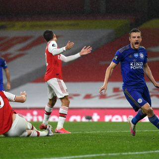 10-men Arsenal draw to Leicester after late Vardy equaliser