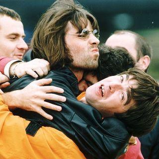Liam a Noel Gallagher: quando l'emergenza sarà finita, riuniamo gli OASIS per un concerto di beneficenza. Intanto, noi andiamo al 1997....
