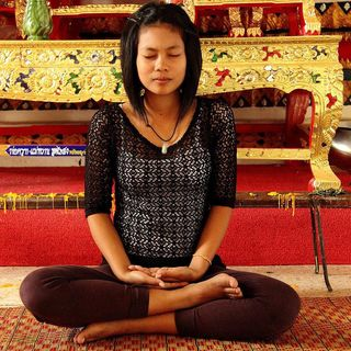 Meditando de Rodillas