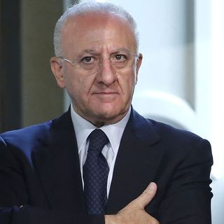 Grana per De Luca a pochi giorni dalle Regionali: il presidente campano è indagato per falso e truffa