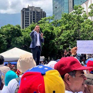 Llama Juan Guaidó a mantener las protestas en contra de Nicolás Maduro