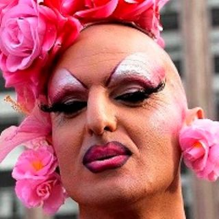 I gay pride sono volutamente osceni: uomini nudi, offese alla fede cattolica e bestemmie, ma niente sanzioni penali perché la legge non è ug