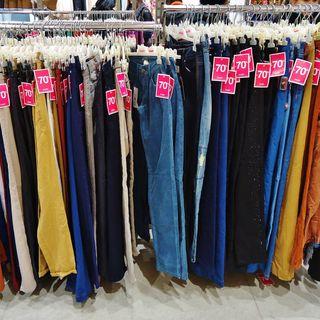De tiendas... otra vez. Comprando un pantalón