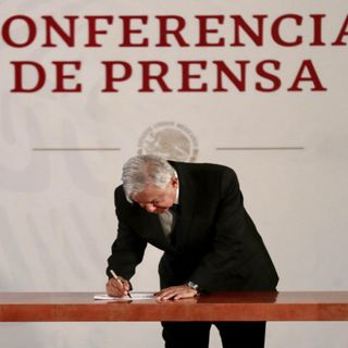 AMLO firma compromiso de no reelección