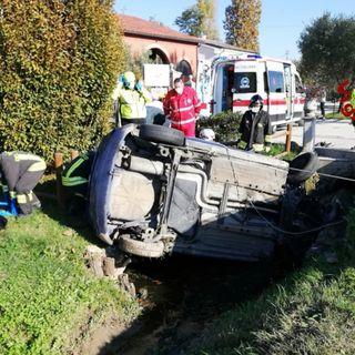 Sbanda e si schianta nel fossato: automobilista incastrato rimane ferito