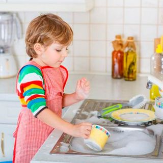 Estudio: Hijos tienen mayor éxito al crecer cuando hacen tareas domésticas