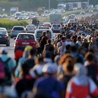 Miembros de la caravana migrante derriban valla fronteriza y entran a México