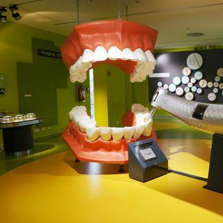 Implan-T Clínica Dental y Día Mundial del Conocimiento de la Tartamudez con Perla Ernest
