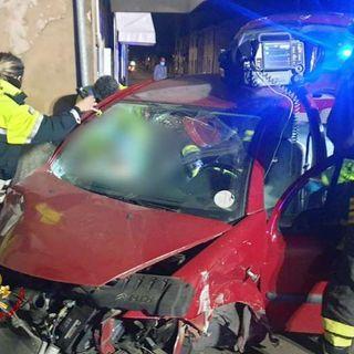 Violento tamponamento fra due auto: in gravi condizioni un uomo