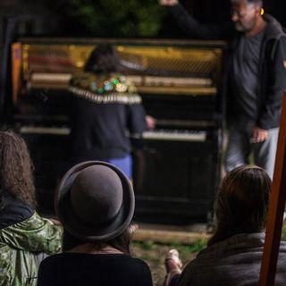ESC incontra un pianoforte sotto un albero