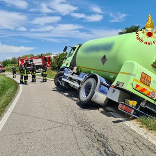 Autocisterna con 9 mila litri di gas rischia il ribaltamento a bordo strada (VIDEO)