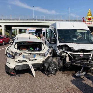 A4, scontro a Vicenza Est: feriti i guidatori di un'auto e un furgone