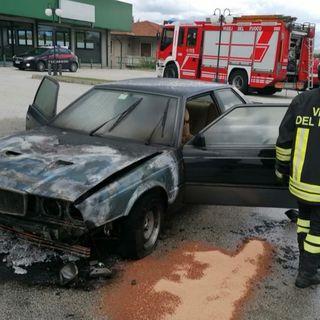 Maserati va a fuoco: auto distrutta, coppia di anziani in salvo