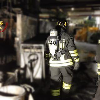 Capannone in fiamme, macchinari e tetto danneggiati. Una dozzina di pompieri sul posto