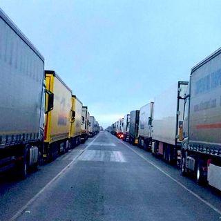 La variante inglese e il più grande ingorgo di camion del decennio