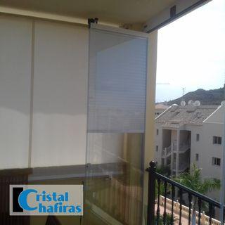 Cortina de cristal instalada en un balcón con barandilla ubicado en El Palmar Tenerife