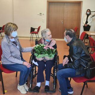 """Ipab Vicenza, ok alle visite """"in contatto"""". Nonna Ida, 107 anni, riabbraccia il figlio 15 mesi dopo"""